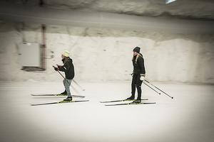 Elsa och Maja Öberg från Gävle tycker det är roligt att kunna få åka längdskidor mitt i sommaren.