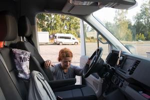 På en arbetsdag kör hon ungefär 30 mil och tillbringar fem timmar i bilen. Att jobba ensam är inget hon misstycker.  – Jag lyssnar på musik och pratar i telefon, säger hon.