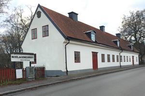 Många vill att Roslagsmuseet skall återuppstå i sin gamla form, andra vill flytta dit turistbyrån, inreda kontor och bedriva kaféverksamhet. Men det här är faktiskt inte något som Stiftelsen Roslagsmuseet bestämmer över, skriver Per Börjesson.