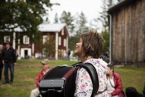Angeta Vallman sjöng och spelade dragspel.