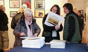 Annastina Adamsson, Åsa Söderback och Anette Persson var intresserade av fotoalmanackan