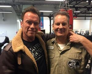 Schwarzenegger ställde upp på en bild tillsammans med Björne Hebelius innan han sade hasta la vista till Träningskompaniet i Kungsbacka.