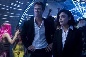 Chris Hemsworth och Tessa Thompson kämpar på i en seg film där deras kemi aldrig får en riktig chans att spraka. Pressbild. Foto: Giles Keyte/Sony/Columbia pictures