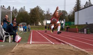 Engla Grafström Andersson från Sundsvall vann F17 längdhoppsklassen efter att hon hoppat 5,40, 28 centimeter längre än tvåan.