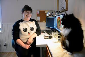 Mycket av jobbet sker i olika grafiska dataprogram. Även en hel del research måste göras för att få idéer och tips på material. Katten Brutus är ett troget sällskap.