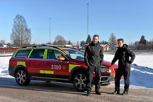 Peter Bäcke och Johan Szymanski framför platsen där brandstationen ska byggas. Foto: Stefan Rämgård/Arkiv