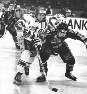 Ulf Skoglund i närkamp med en AIK:are på Johanneshovs isstadion.
