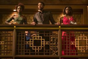 T'Challa (Chadwick Boseman) tillsammans med sina krigare  Nakika (Lupita Nyong'o) och Okoye (Danai Gurira) Foto: Matt Kennedy/Marvel Studios-Disney via AP