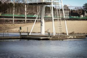 Vattnet under det tio meter höga hopptornet vid Karlslundsbadet är flera meter djupt.