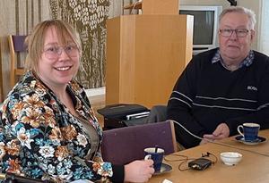 Linda Hagström besökte PRO i Ytterhogdal och berättade om pensionärers ekonomi. Här ses hon tillsammans med ordförande Göran Andersson. Foto:  Solveig Haugen