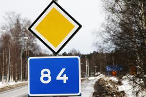 Många turister passerar på riksväg 84 genom centrala Ljusdal på en söndag under sportlovsveckorna, noterar insändarskribenten.