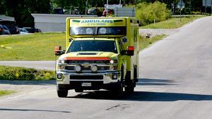 Bristen på ambulanspersonal kan göra att situationen blir ännu tuffare över sommaren.