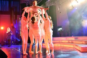 Danseleverna gav showen en helt ny dimension.