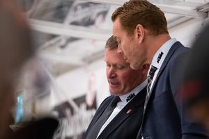 Niklas Sundblad och Niklas Eriksson i samtal under en match. Nu har Sundblad gjort sitt i Örebro Hockey. Han sparkas som huvudtränare och ersätts av just Niklas Eriksson. Bild: Daniel Eriksson/Bildbyrån