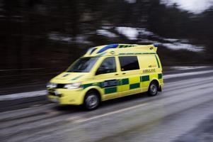 E person fick föras med ambulans till sjukhus efter att ha klämt handen i en vedklyv på Lärcenter i Orsa på tisdagen.