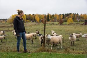 Michaela Åhlberg är orolig för fårens skull, men fram för allt lammen som är fortfarande är väldigt små.