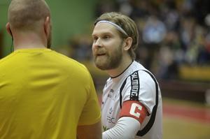 Alexander Johansson diskuterar med en av domarna, lagkapten som han är.