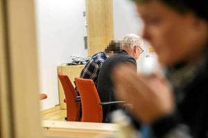 Den mordåtalade 23-årige Falubon, med sin advokat Ulf Medefeldt vid häktningsförhandlingen den 4 december förra året. Mannen, som suttit häktad sedan dess, nekar till alla anklagelser.