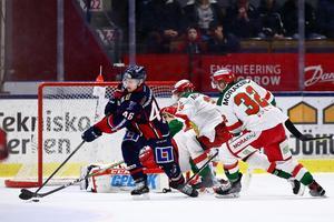 Linköpings Mathis Olimb i kampe med Daniel Grillfors. Foto: Josefine Loftenius/Bildbyrån