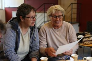 Ingegerd Lundstedt och Agneta Nord Hansson ser på bilder och minns med välbehag tillbaka på tiden i Ope.