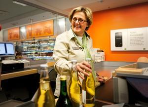 Lena Asplund (M), riksdagsledamot från Sollefteå, praktiserar på Systembolaget i Sollefteå 2012.