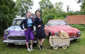 Linda Sverin till vänster och Josefine Wijkander till höger. Båda har varit på American Car Show i många år. Den röda bilen till höger är en sportbil, Volkswagen Karmann Ghia från 1968.