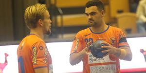 Lif Lindesberg-spelarna spelar matchen iklädda sorgeband.