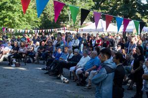Jonas Sjöstedt drog uppskattningsvis 300 personer till Stadsparken i Söderhamn på söndagen.
