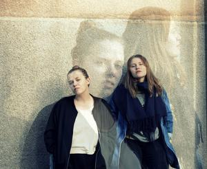 Linnea Lidberg spelar gitarr och Elina Widnersson sjunger och spelar tvärflöjt. Foto: Privat