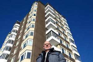 Höghuset på Skönsmon sträcker sig mot himlen. Rolf Jonzon har bott här i 20 år och även varit ordförande i bostadsrättsföreningen Lodjuret.