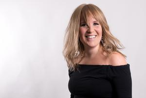Musikern Sara Karlsson kommer uppträda under Musikcafét.
