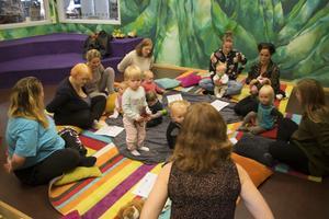 Sju mammor och åtta barn besökte höstens första babysång.