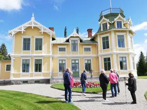 Sundinsgården är lika praktfull invändigt som utvändigt och torde vara helt unik i Jämtland. Här beundrad av några av besökarna från Föreningen Gamla Hornsberg. Foto: Christer Lilliehöök