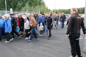En av de större folksamlingarna i Kumla under året stod och väntade utanför grindarna när Byggmax i Norra Mos öppnade.