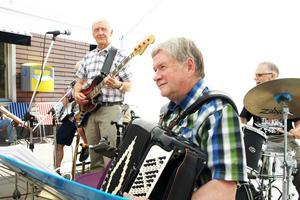 Jan Inge Persson på dragspel, tillsammans med Rolf Olsson, trummor, Stefan Åslund, bas och Rolf Byqvist, gitarr bjöd på låtar och visor från den svenska sångskatten.