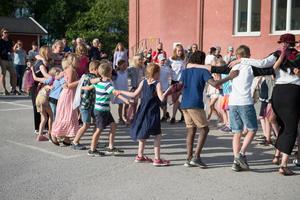 Eleverna gjorde en dansuppvisning för alla som besökte skolan under torsdagskvällen.