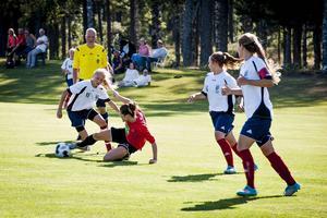 Olivia Wänglund, vid bollen, är en två talanger i Selånger som blivit kallad till landslagssamling i år.