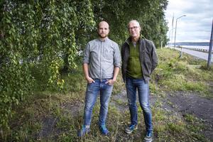 Två förvånade tjänstemän vid Skogsstyrelsen. Jöran Hägglunds löfte om naturreservat har fått Skogsstyrelsen att ställa sig frågande till vad som nu gäller. Erik Kretz och Johan Agestam utanför Skogsstyrelsens kontor i Östersund.