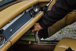 Med Mercedes-Benz 280 SL följde även en liten förbandslåda. Det var en del i säkerhetstänkandet, modellen var även världens första sportbil med skyddsbur och krockzoner.