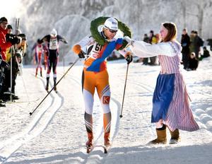 Segrarkransen hängs om halsen på Annika Löfström, Falun Borlänge SK.