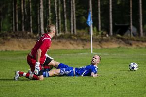Erik Wästman efter att ha dragits ner av Jonatan Halén. Domaren Henrik Mattsson blåste straff, men den missades av Emil Clahr.