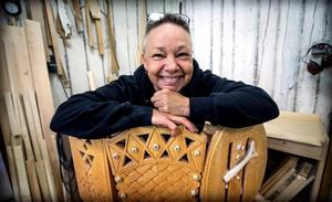Birgitta Ricklund använder samisk mönstertradition i sitt hantverk.