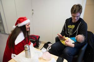 För en månad unga Ludvig Franzén och pappa Magnus blev Olivias paket den första julkappen.