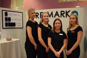 Moa Norlander, Maja Liljedahl, Fanny Borgh och Ester Åkesson driver Re-mark UF. Till vänster syns vad en pantburk kan ge energi till.