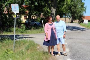 Anncharlotte och Tom Hoyle hoppas nu på ett mirakel:  Att Länstrafiken ska börja köra gamla linje 524 på prov och bland annat stanna ett par gånger om dagen utanför deras bostad i Edsberg.