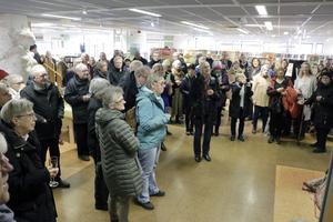 Många kom för att se utställningen.