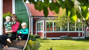 Textilslöjdläraren Petra Segetorp – här med sönerna Björn och Olof – bor i den gamla textilarbetarbostaden från 1857. En liten lantlig idyll i stan.