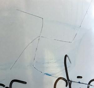 Ett klotter på ett elevskåp på Kunskapsskolan som elever uppfattar som ett hakkors.