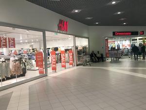 H&M-butiken i Big Inn-huset. Till höger ligger Dressman och till vänster Intersport.
