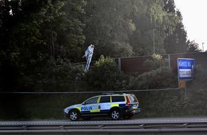 Polisens tekniker undersöker omgivningarna kring Hjärsta efter att Lena Wesström hittats död.